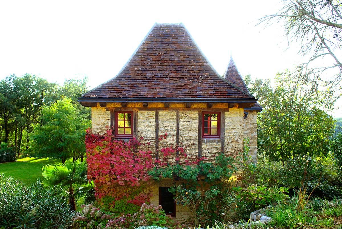 au milieu du jardin se trouve une chambre d'hotes au ceur du périgord