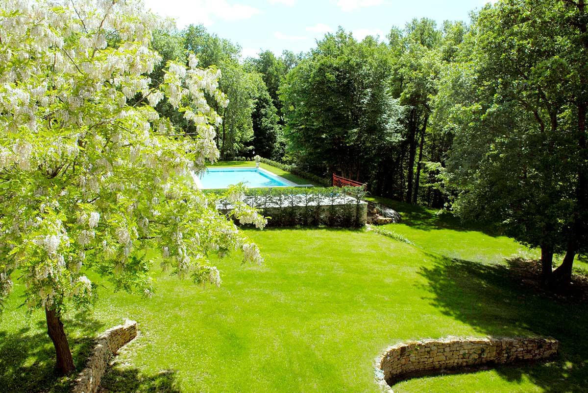 vue plongeante sur la piscine d'une demeure de charme et de ses chambres