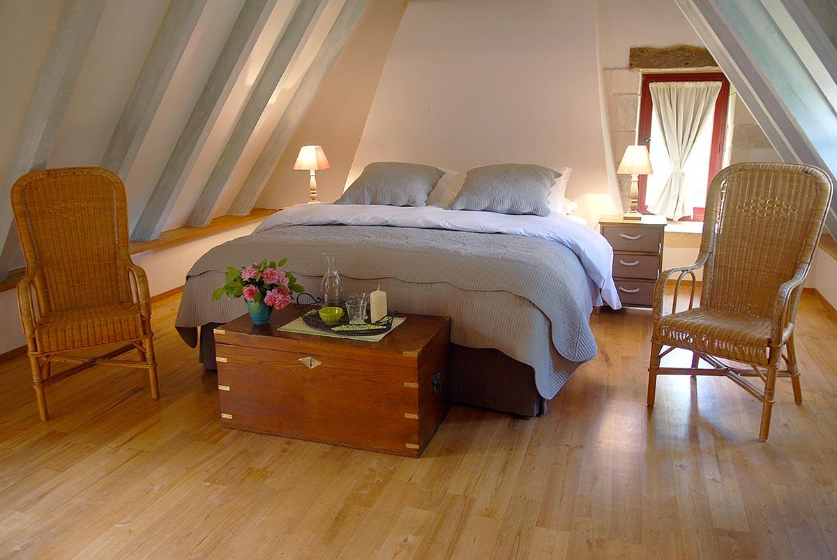 un lit dans une suite d'une demeure d'hotes de charme