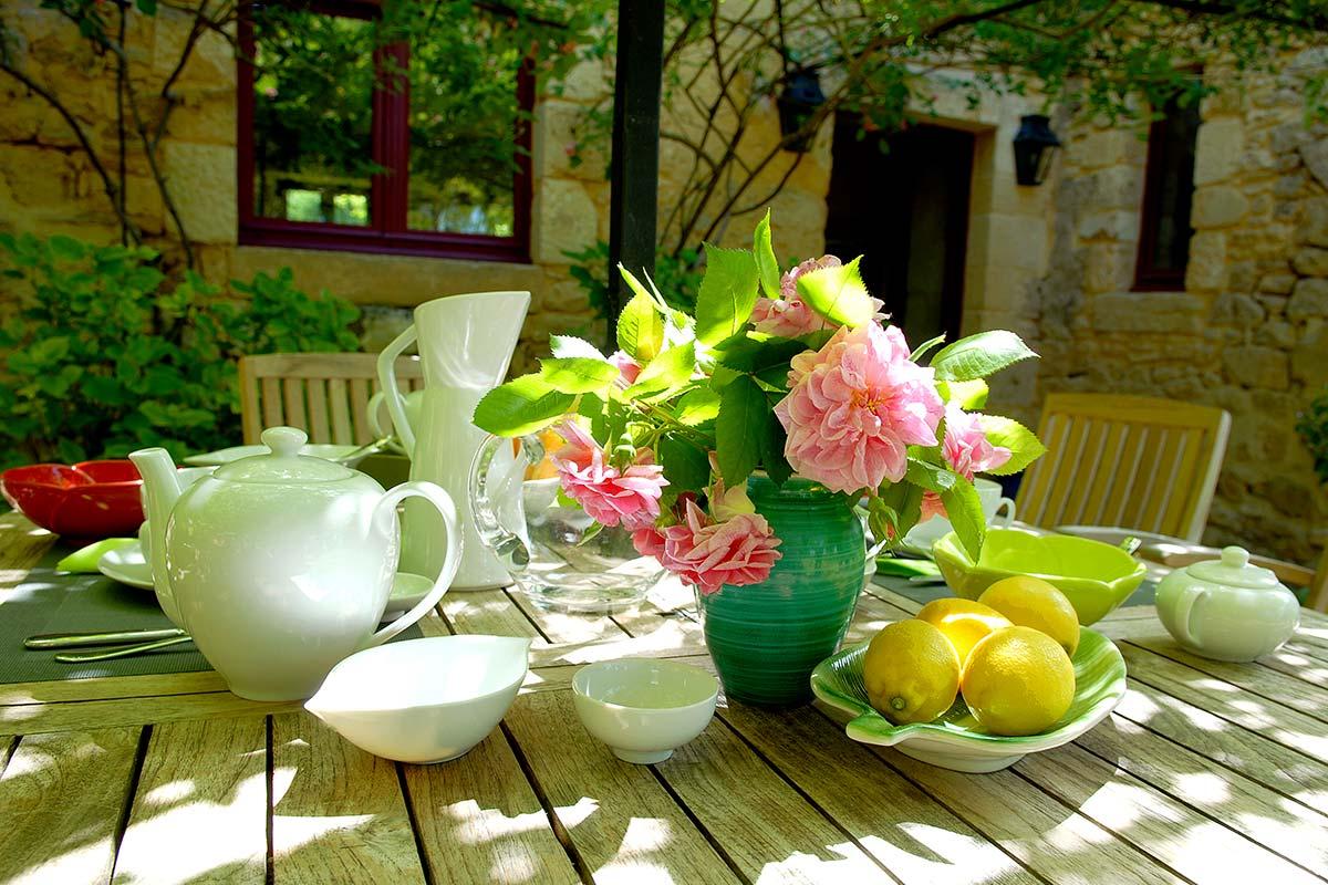 petit déjeuné fleuri pour une chambre d'hotes de charme dans le perigord