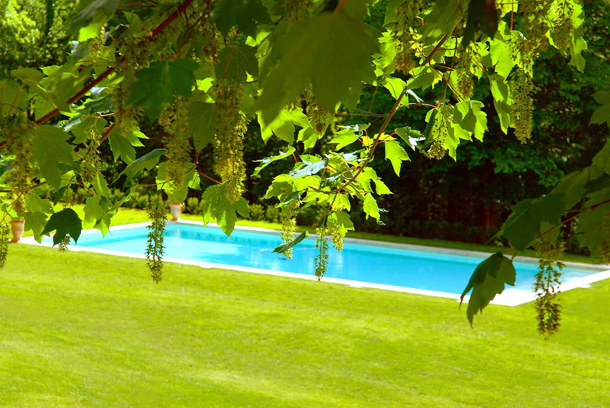 la piscine de charme devant le manoir du périgord