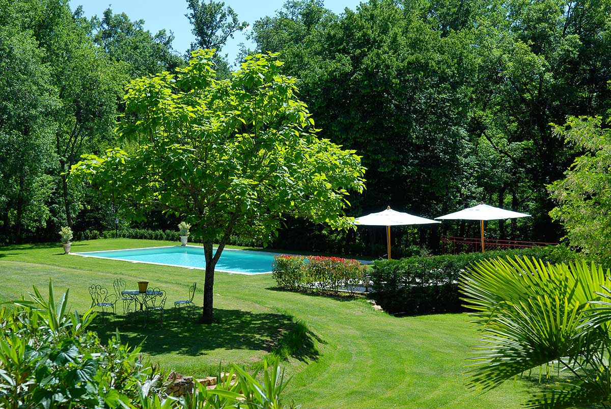 la piscine et sa terrasse dans une demeure de charme en perigord