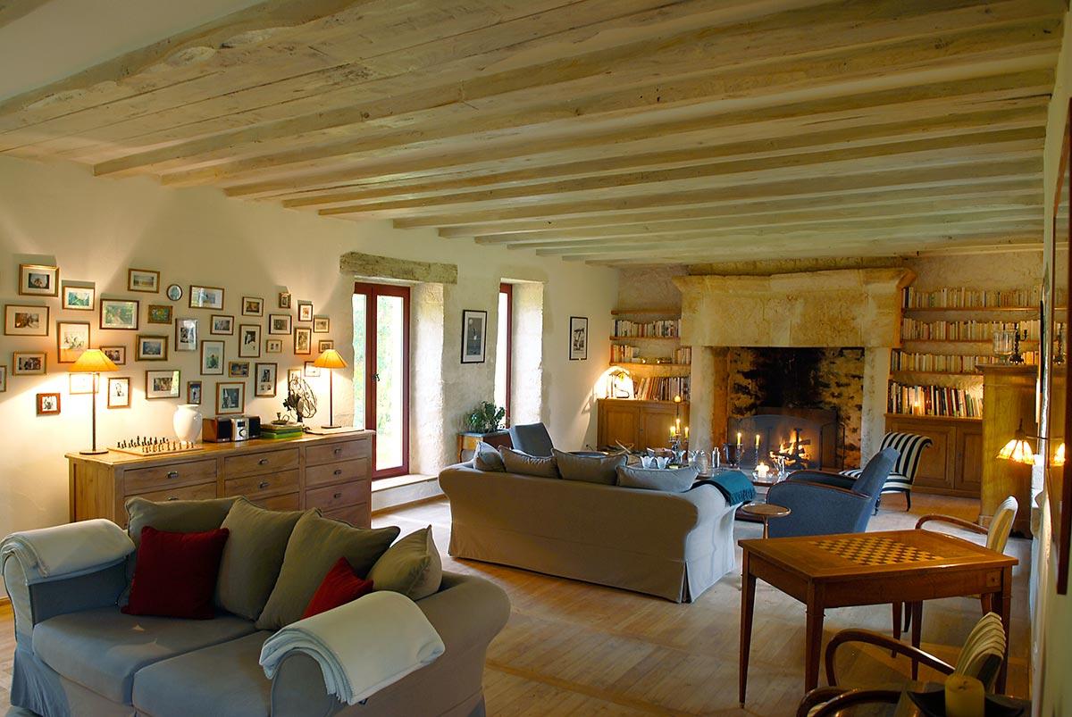 le salon et sa cheminée en dessous des chambres d'hotes de charme du manoir du rocher